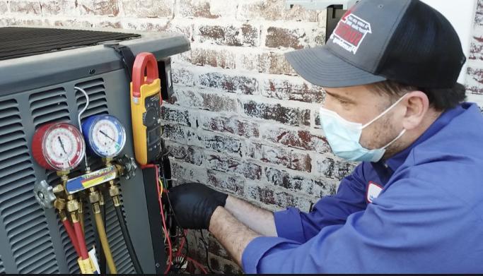 维修室外空调的空调维修人员.